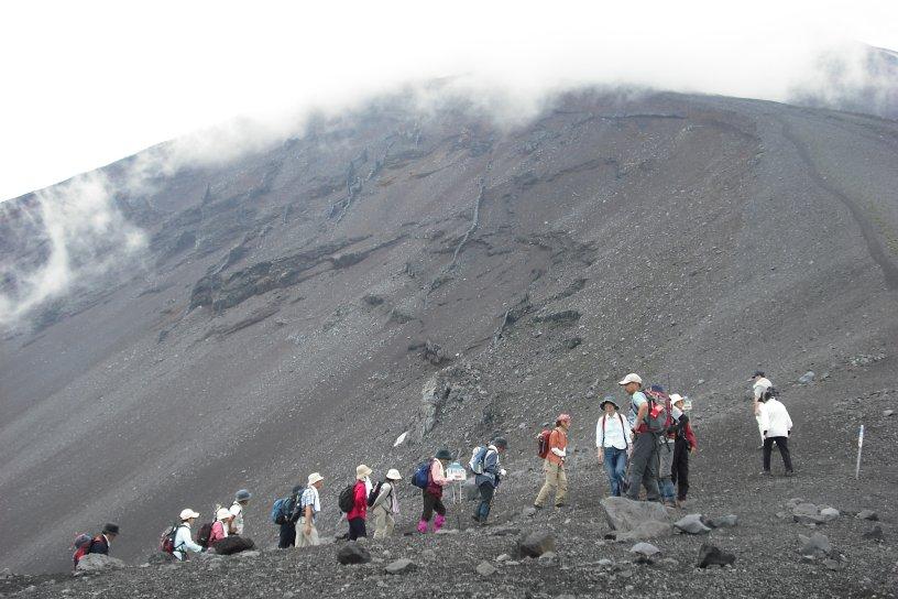 さあ! 登山シーズンです。この時期だからこそ 日本一の富士山を経験豊かなガイドの案内で満喫してはいかがですか?お問い合わせ・お申込は 東富士山荘 にどうぞ。