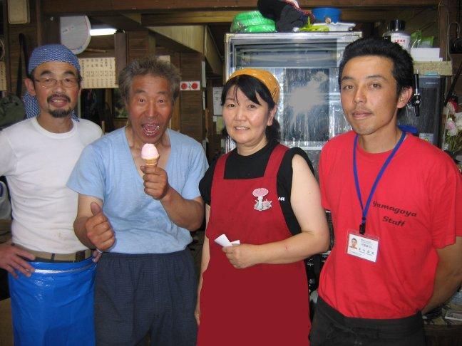 頂上から降りてきた「写真家・大山行男氏」と東富士山荘スタッフ(2008/08/03)。左からひげおやじことオーナー、大山氏、おかみさん、若主人。